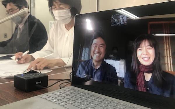 判決後に記者会見する映画監督の想田和弘さんと妻の柏木規与子さん(手前)(21日午後、東京・霞が関)