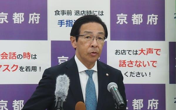 記者会見する西脇隆俊知事(21日、京都市)