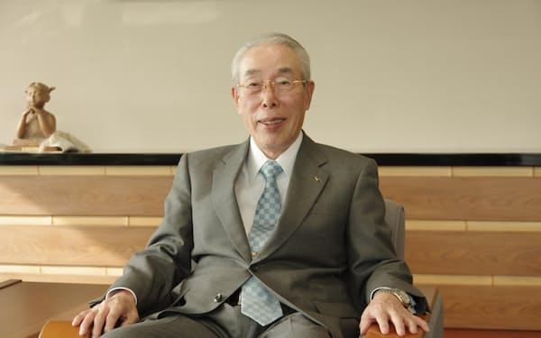 セーレンの川田達男会長は「残業ゼロを目指す」と話した(12日、福井市のセーレン本社)