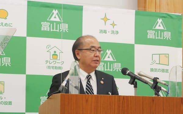 新田知事は有識者との会議の後、警戒レベルを引き上げると発表した(21日、富山県庁)