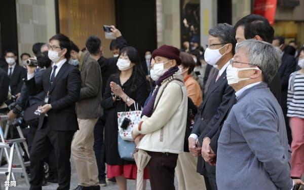 参院広島再選挙候補者の演説を聞く有権者ら(21日午後、広島市)=共同