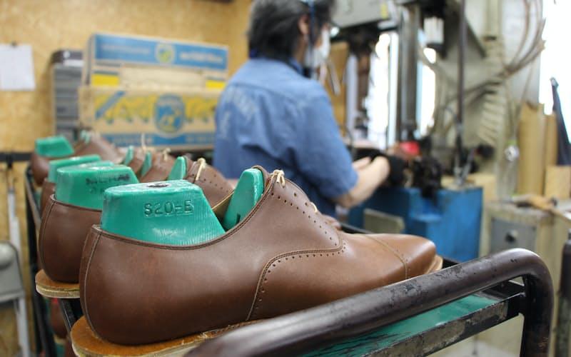欧州から買い付けた牛革をこだわりの製法で革靴に仕上げている