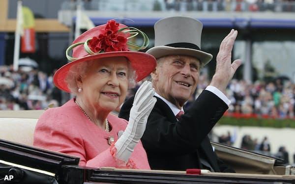 エリザベス女王の夫フィリップ殿下(右)は9日に亡くなった(2011年)=AP