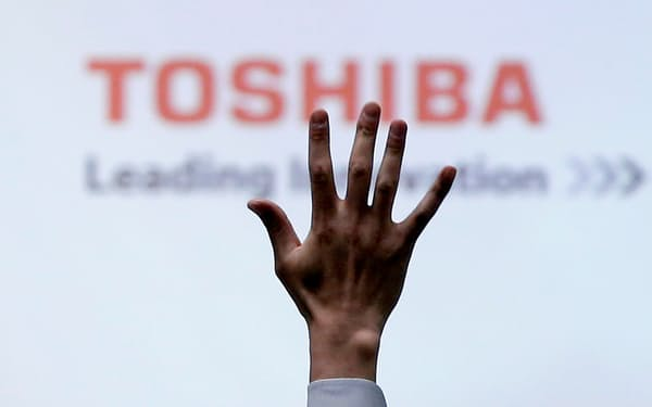 FILE PHOTO: A reporter raises his hand for a question during a Toshiba news conference at the company headquarters in Tokyo, Japan June 23, 2017.  REUTERS/Issei Kato/File Photo