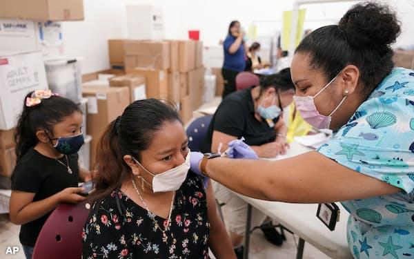 バイデン大統領は、就任100日後までにワクチンを2億回接種するとの目標を前倒しして達成する見通しを示した=AP