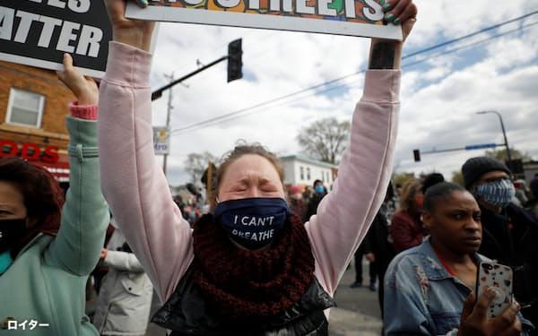 フロイドさん暴行死事件の評決を歓迎する人々(20日、ミネソタ州ミネアポリス)=ロイター