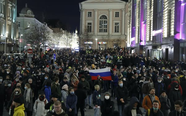 21日夜、ナワリヌイ氏への支持を訴えてモスクワの街頭に繰り出した市民=AP