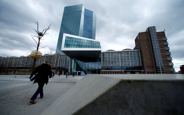 ECBはコロナ対策で異例の金融緩和を続けている(フランクフルトのECB本店)=ロイター
