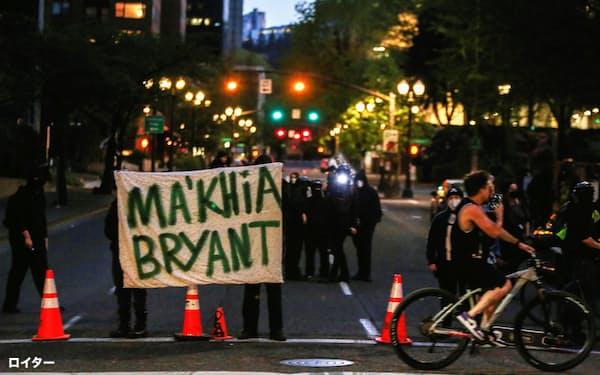 黒人少女の射殺は警官による過剰反応だったとして抗議デモが起きた=ロイター