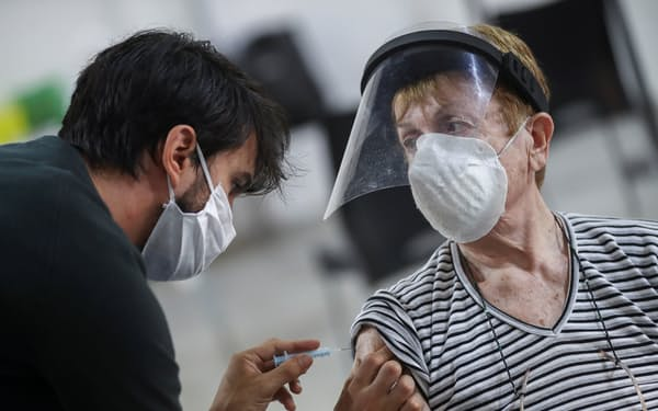 ロシア製ワクチンを接種するアルゼンチンでは新型コロナの感染拡大が続く(15日、ブエノスアイレス)=ロイター