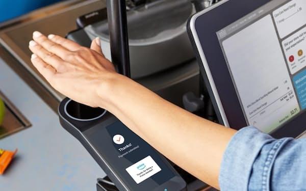 生体情報とクレジットカードをひも付ける「アマゾン・ワン」では手のひらをかざして1秒で支払いが完了する(アマゾン提供)