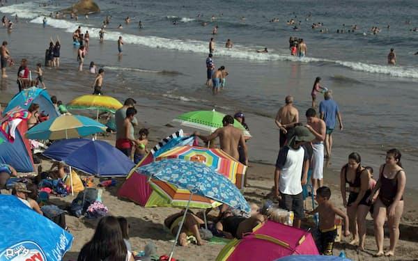 チリの観光地、バルパライソ州のビーチは多くの人であふれた(2020年12月)=ロイター