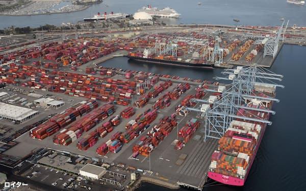 米国では新型コロナに伴う受け入れ能力の不足で港湾にコンテナが滞留している=ロイター