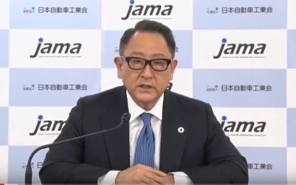 オンラインで記者会見する自工会の豊田章男会長
