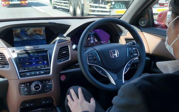 自動運転レベル3で走行中の新型レジェンド。日立アステモが中核の電子制御ユニットを提供(写真:日経クロステック)