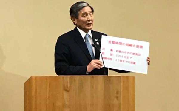 和歌山市内の飲食店に時短要請すると発表した仁坂吉伸知事(22日、和歌山県庁)