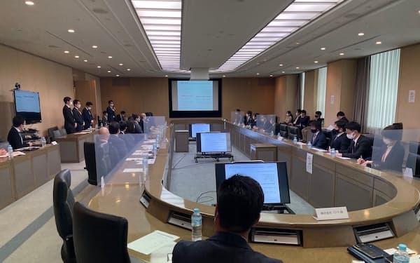 横浜銀行でプログラムの参加企業などがイベントを開いた(22日、横浜市)