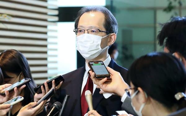 菅首相と会談後、報道陣の質問に答える福島県の内堀雅雄知事(22日午前、首相官邸)