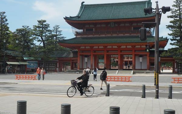 3月ごろは観光客でにぎわった京都市の岡崎エリアも4月に入り閑散とする(22日、京都市)