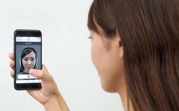 専用サイトに顔の写真や動画などをアップロードしてもらう