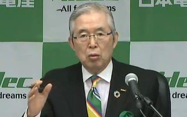 オンラインで記者会見する日本電産の永守重信会長(22日午後)