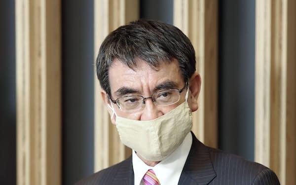 新型コロナウイルスワクチンの配分について取材に応じる河野規制改革相=22日午後、東京都内