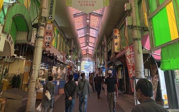 近江町市場はコロナ前と比べ、客数が7~8割減(22日、金沢市)