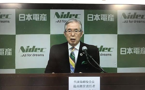 オンラインで記者会見する日本電産の永守会長