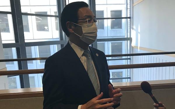 記者団の取材に応じる京都府の西脇隆俊知事(22日、京都市)