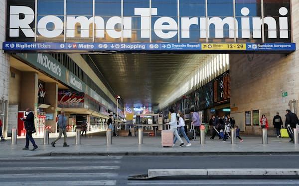 パスの発行で観光などを楽しめるようにする(ローマ中央駅)=ロイター