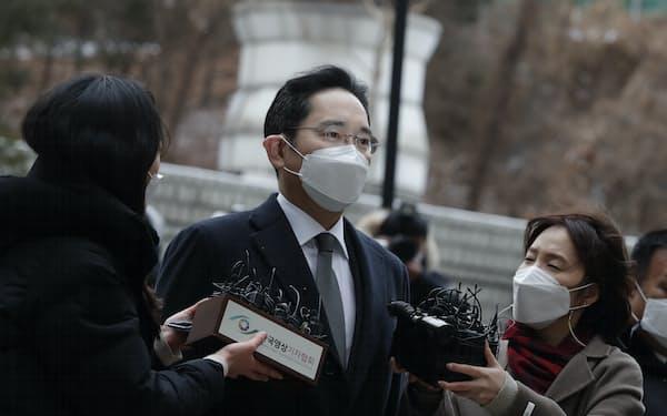 李在鎔氏は収監中のソウル拘置所から出廷した(写真は1月の出廷時)=AP