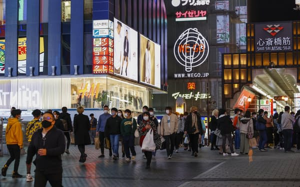 大阪・ミナミをマスク姿で歩く人たち(10日午後)=共同