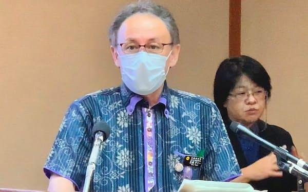 記者会見する沖縄県の玉城知事(22日、県庁)