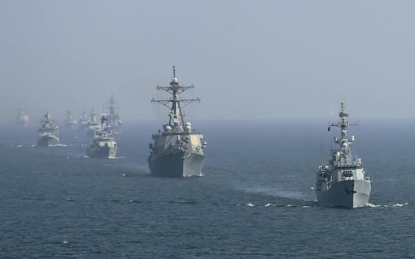 2020年に世界の軍事支出は増えた(21年2月、アラビア海での軍事演習)=AP