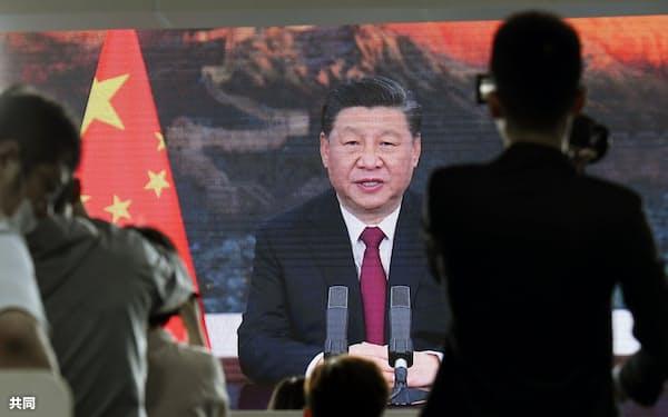 「博鰲アジアフォーラム」のプレスセンターの大画面に映し出された、中国の習近平国家主席のビデオ演説=20日、中国海南省(共同)