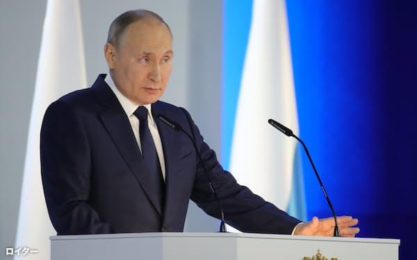 年次教書演説に臨むプーチン大統領(4月21日、モスクワ)=ロイター
