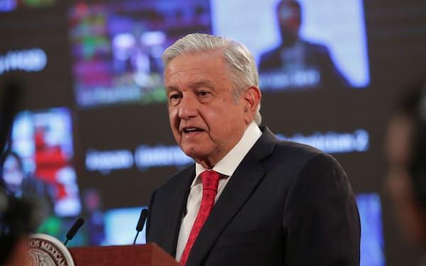 演説するロペスオブラドール大統領(22日、メキシコシティ)=ロイター