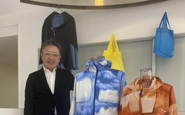 世界最細の糸で作る超軽量生地。「日本の繊維を元気にする」と話す梶社長