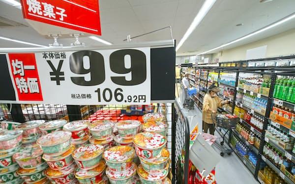 スーパーでの買い物は節約志向(東京都葛飾区のビッグエー葛飾西亀有店)
