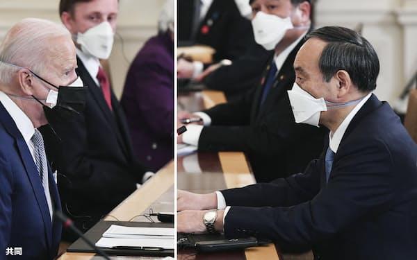 会談するバイデン米大統領(左)と菅首相(16日、ワシントンのホワイトハウス)=共同
