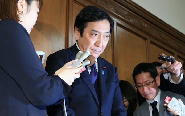 記者の質問に答える菅原一秀前経産相(2020年1月、国会内)