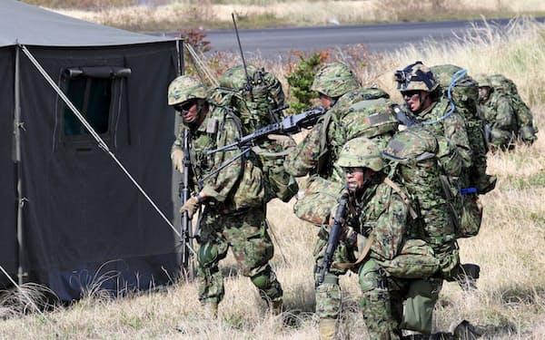 敵施設に見立てたテントを攻撃する陸上自衛隊の水陸機動団(2018年、鹿児島県中種子町)