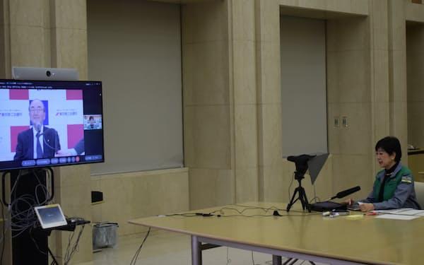 東京商工会議所の三村会頭とオンライン会議をする小池知事(23日午前)