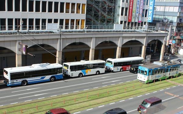 熊本市中心部で競合する市電との連携もバス共同経営の課題に(4月23日、熊本市)