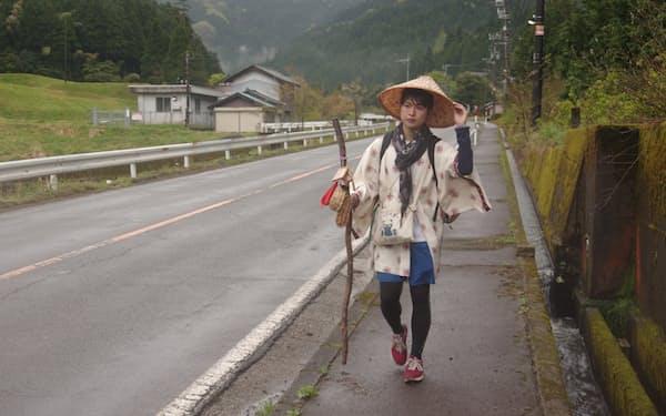微遍路中の田中さんの着る法被には「微」の文字が躍る(18日、福井県越前市)