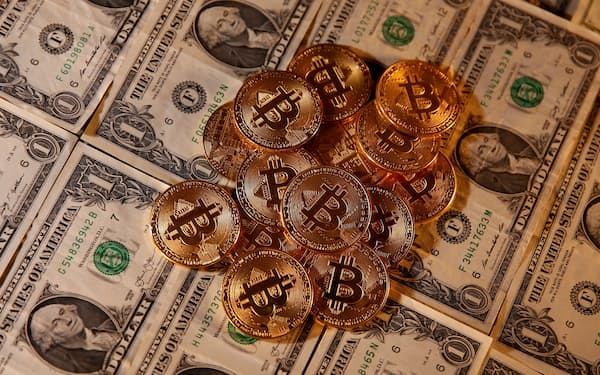 FILE PHOTO: Representations of virtual currency Bitcoin and U.S. dollar banknotes are seen in this picture illustration taken January 27, 2020. REUTERS/Dado Ruvic/Illustration/File Photo/File Photo