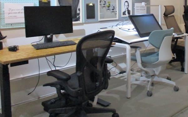 オフィス用椅子専門店のワーカホリック(東京・中央)は、在宅勤務をイメージしやすいように展示している