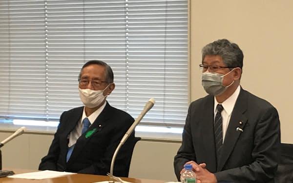 記者会見する自民党電力安定供給推進議員連盟の細田博之会長(左)ら(23日、国会内)