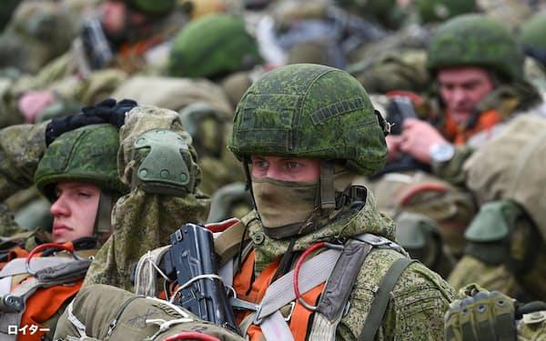 黒海沿岸の軍用飛行場で、輸送機を待つロシアの空挺(くうてい)部隊(22日)=ロイター