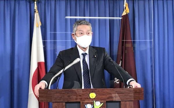 記者会見する自民党の佐藤勉総務会長(23日、党本部)